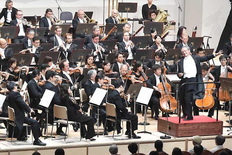 マーラーの交響曲第9番で幕を開けたOMFのオーケストラ公演=18日夜、松本市のキッセイ文化ホール