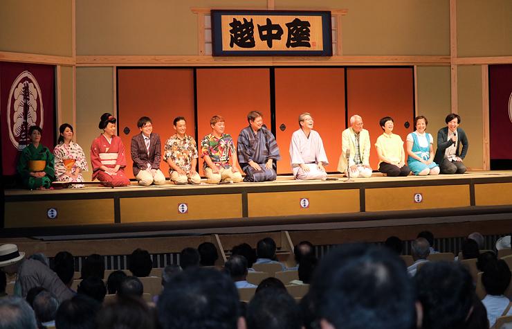 出演者全員が勢ぞろいした昼公演のフィナーレ=県民会館