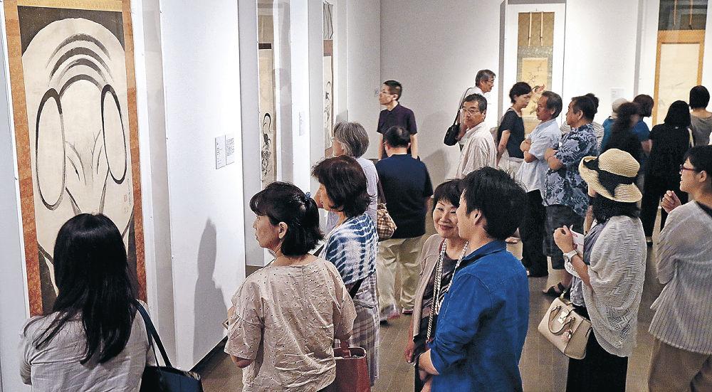 若冲の「象図」をはじめ百花繚乱の展示に見入る来場者=金沢21世紀美術館