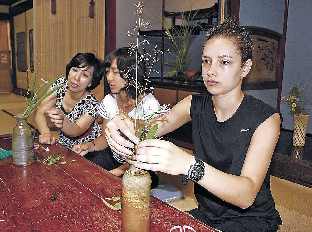 茶花の生け方を学ぶ留学生=七尾市中島町浜田