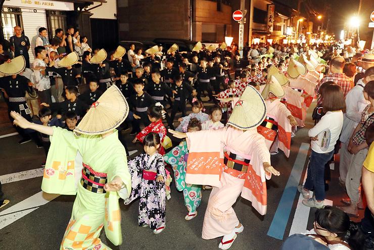 おわら風の盆前夜祭が始まり、優美に町流しをする踊り手=富山市八尾町東町