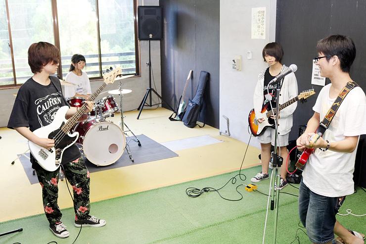 個室スタジオで練習する学生たち=ホテル寺尾温泉