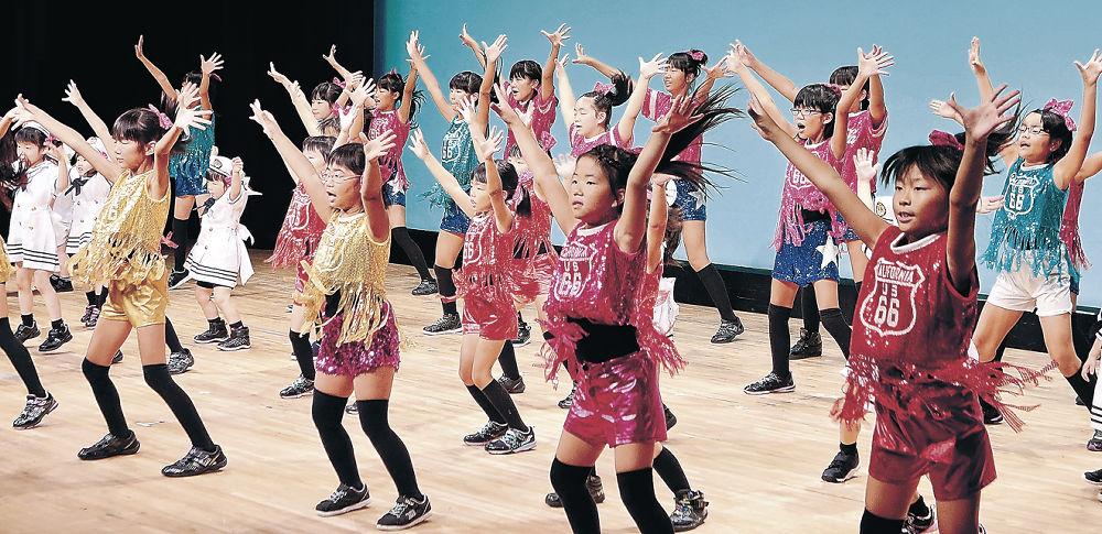 元気いっぱいにリズムダンスを披露する子どもたち=北國新聞赤羽ホール