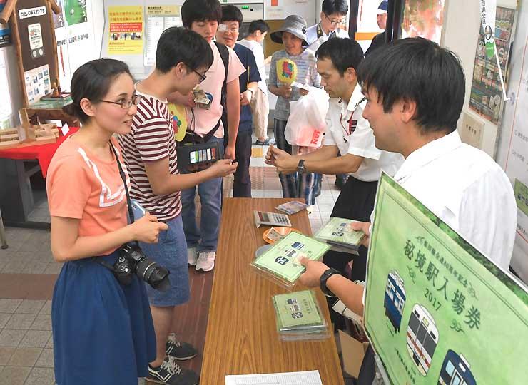飯田駅で記念入場券を買い求める人たち