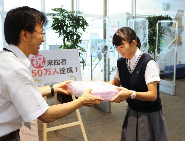 入館50万人を達成したイクネスしばたの記念セレモニー=19日、新発田市