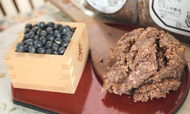 黒大豆(左)から造ったみそ。各飲食店が肉を入れて「こもろん味噌」になる