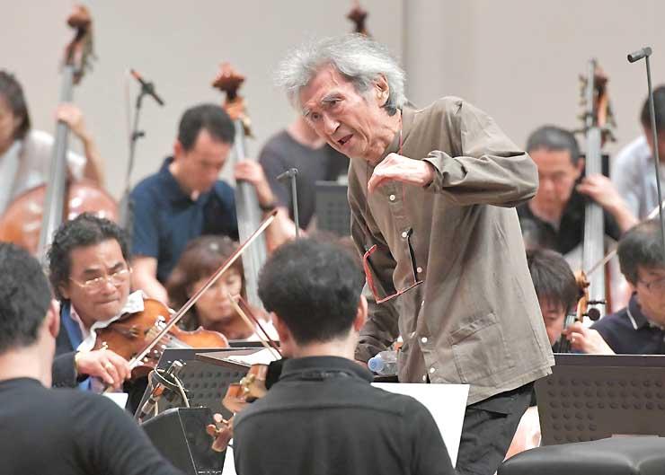 松本市で開催中の音楽祭「セイジ・オザワ松本フェスティバル(OMF)」のリハーサルで22日、今回初めて指揮台に立った小澤征爾総監督。オーケストラのメンバーに真剣なまなざしを向け、音を合わせていた=松本市のキッセイ文化ホール