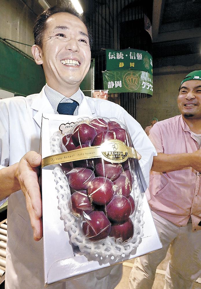 15万円で競り落とされた「プレミアム」のルビーロマン=金沢市中央卸売市場