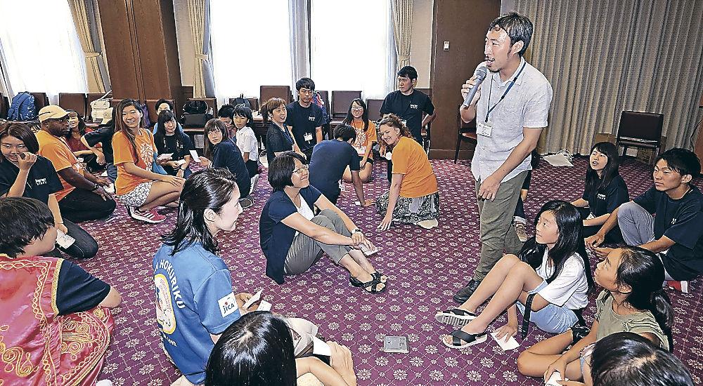 ワークショップで世界の平和や幸せについて考える参加者=金沢市のしいのき迎賓館