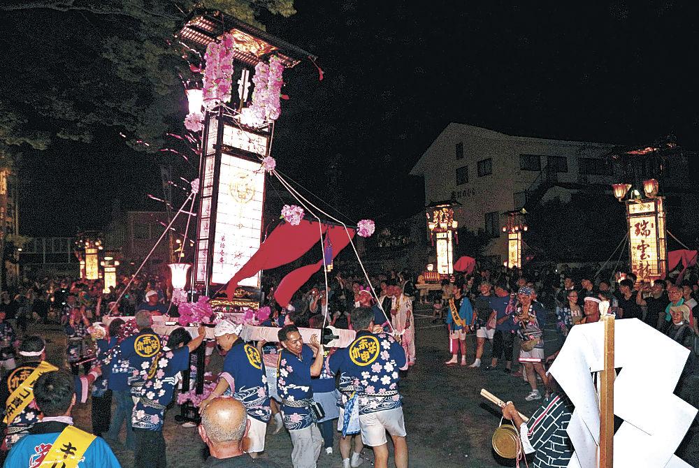 各地区から集結したキリコ=輪島市河井町の重蔵神社