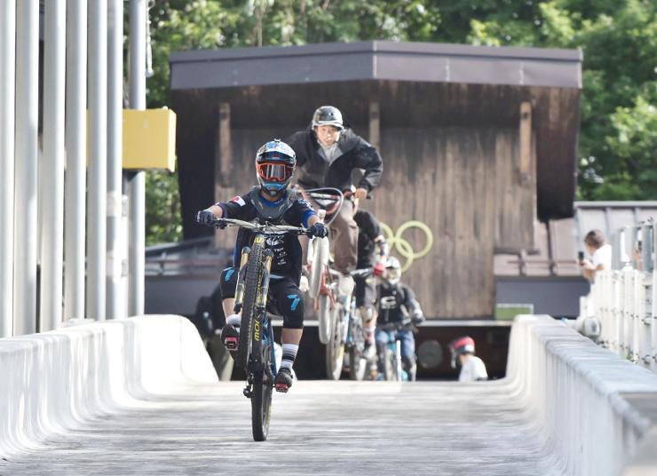 五輪マークが掲げられたコース最上部。自転車の参加者たちは思い思いのスタイルで走り出した