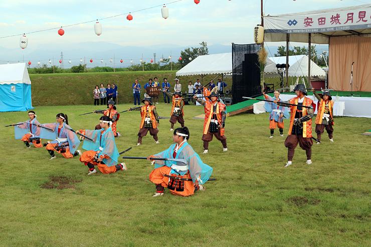 剣詩舞を披露する朝日小学校の児童=安田城跡