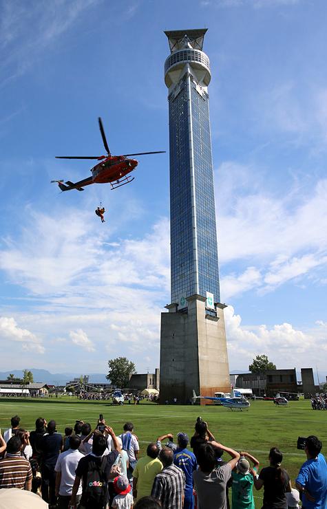 ヘリコプター&防災・防犯フェスで救助訓練を行う県消防防災ヘリ=クロスランドおやべ