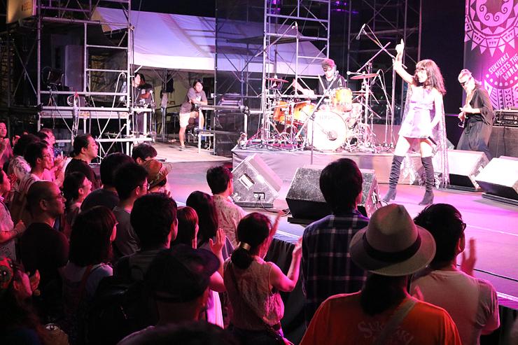 トルコの伝統音楽とロックを融合した音楽で聴衆を魅了したアクヨルさん=南砺市園芸植物園