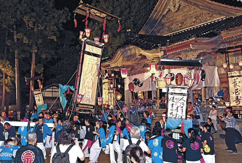 境内で乱舞するキリコ=26日午後7時45分、志賀町八幡の冨木八幡神社