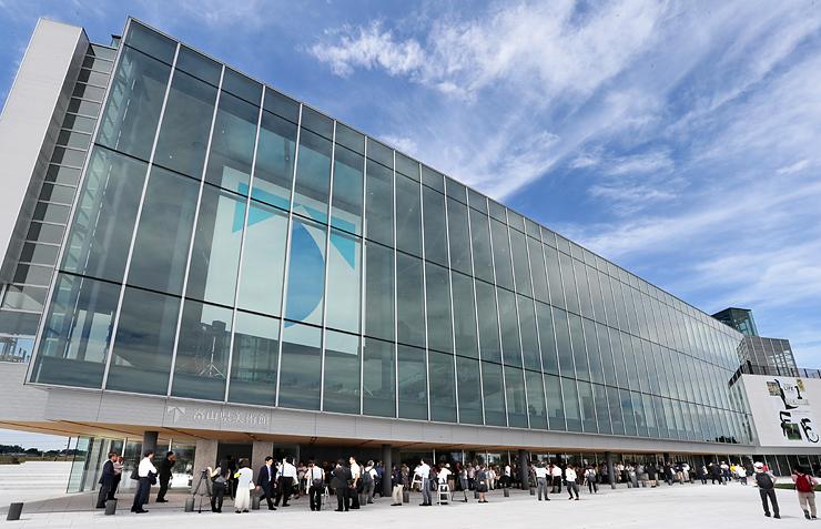 全面オープンした富山県美術館。一般公開前に大勢の人が列をつくった=富山市木場町