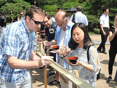 海外誘客に流しそうめん 須坂で在日大使館員が体験