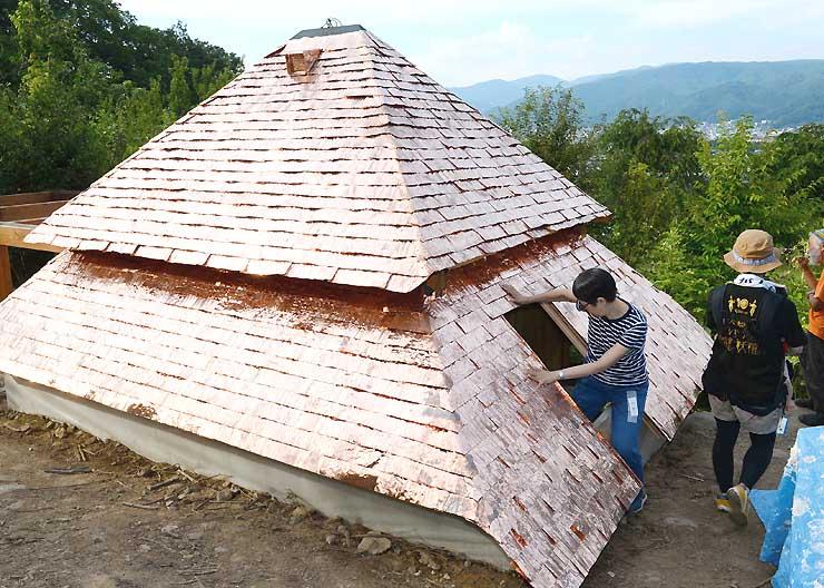 屋根を取り付け、ほぼ完成した半地下式の茶室「低過庵」=27日、茅野市宮川