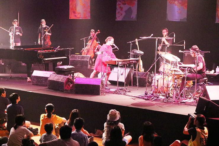 透明感を帯びた歌声を響かせるペルガグさん(ステージ中央)=南砺市福野文化創造センター