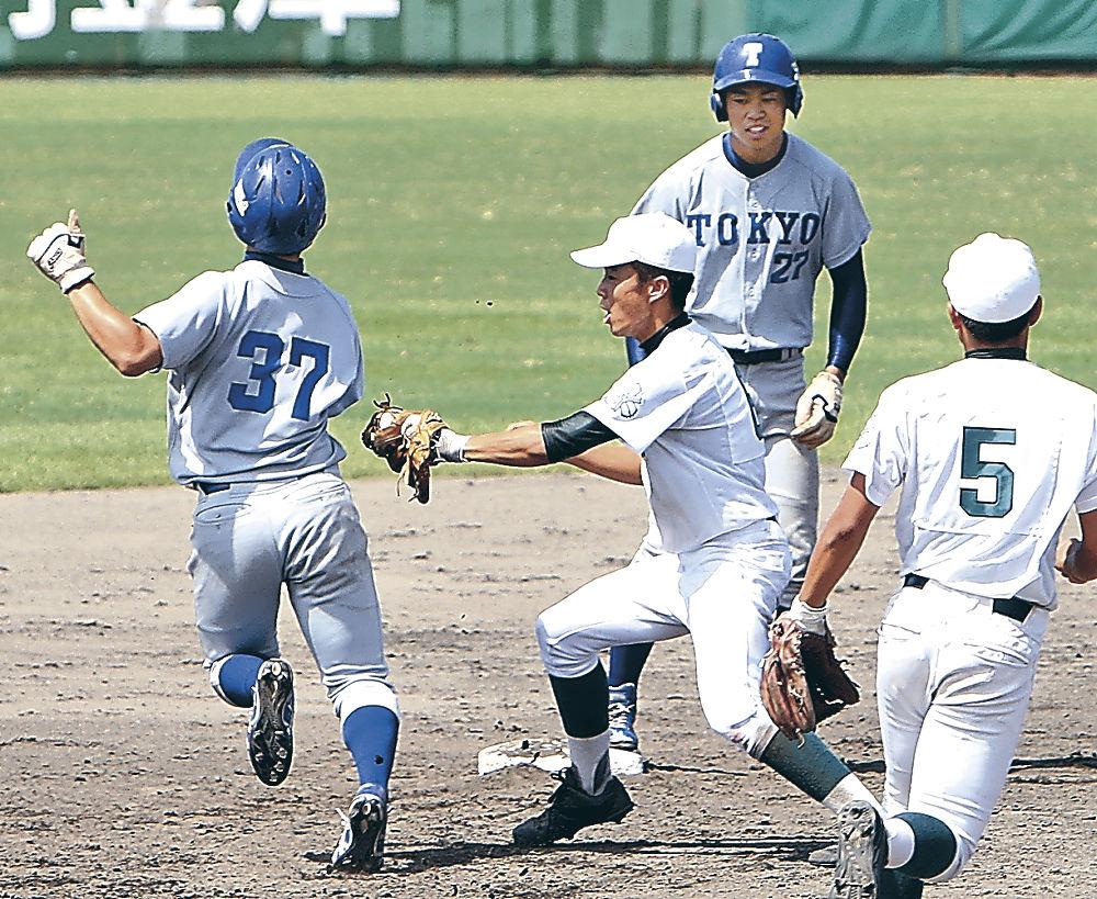 堅い守りで進塁を阻止する泉丘の選手。奥は泉丘OBの杉本主将=石川県立野球場
