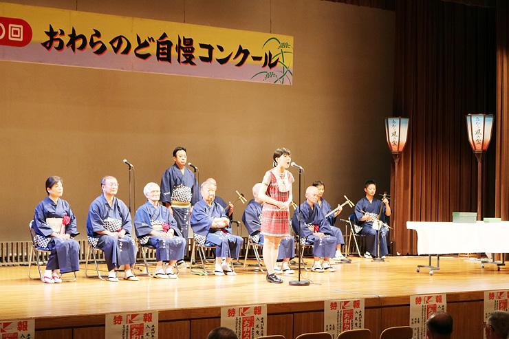 情感豊かに歌い上げ、秀位1席に選ばれた小川さん=越中八尾観光会館