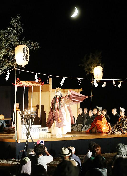 かがり火が揺らめく中、観客を幽玄の世界へいざなった高岡薪能=瑞龍寺