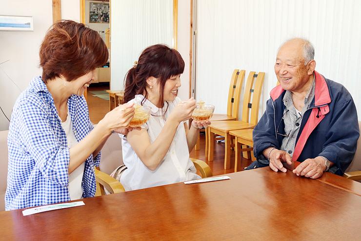 砺波市からところてんを買いに来た客と談笑する奥さん(右)