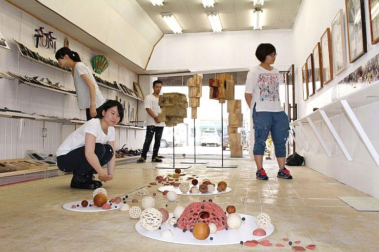 打刃物について学んだ埼玉大の学生らが、成果を披露した作品展「むすんでひらいて」=長岡市の与板刃物工芸館
