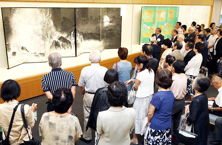 加山又造の「月光波濤」を鑑賞する招待客=県水墨美術館