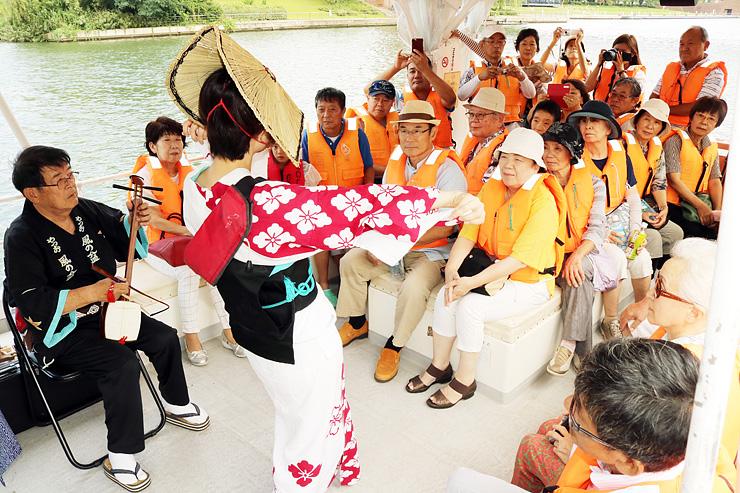 船上でおわら踊りや三味線の演奏を楽しむ観光客ら