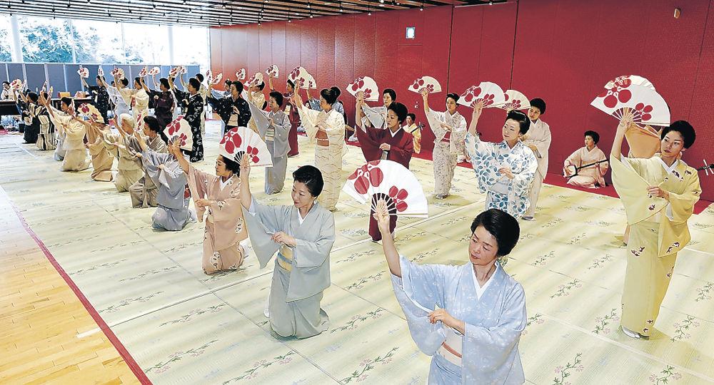 総おどり「金沢風雅」を合わせる三茶屋街の芸妓=北國新聞交流ホール