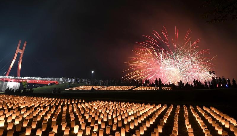花火とろうそくで湖畔を彩った昨年の「あわら北潟湖畔観月の夕べ」=2016年9月3日、福井県あわら市の北潟湖畔サイクリングパーク