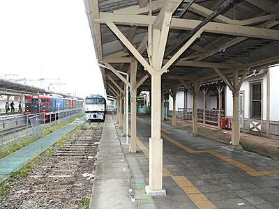 軽井沢駅隣接「駅舎」10月27日開業 改札やカフェ新設