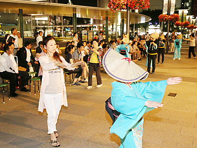 おわら情緒一足早く、見物客交え輪踊り 富山駅前