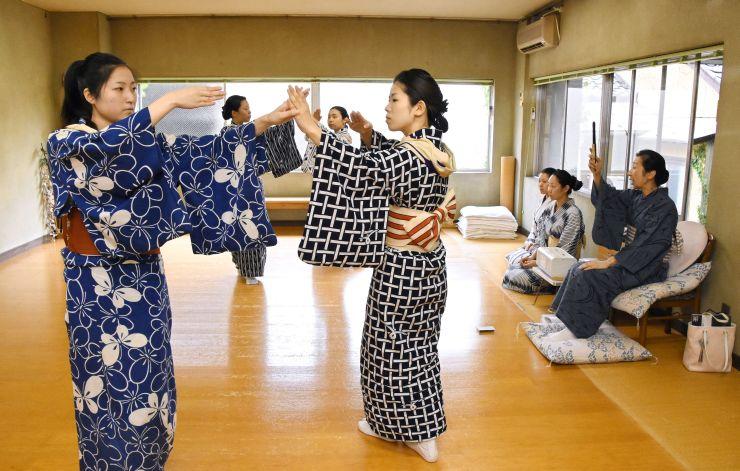 本番に向け、稽古に励む古町芸妓たち=31日、新潟市中央区の三業会館