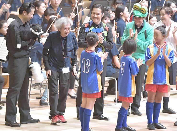 誕生日を祝ってもらい笑みを浮かべる小澤さん(左から2人目)