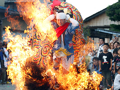 火渡り神事、勇壮に 射水・二口熊野社