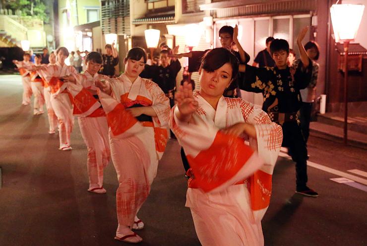 編みがさを外し心行くまで舞う踊り手=2日午前0時45分ごろ、富山市八尾町今町