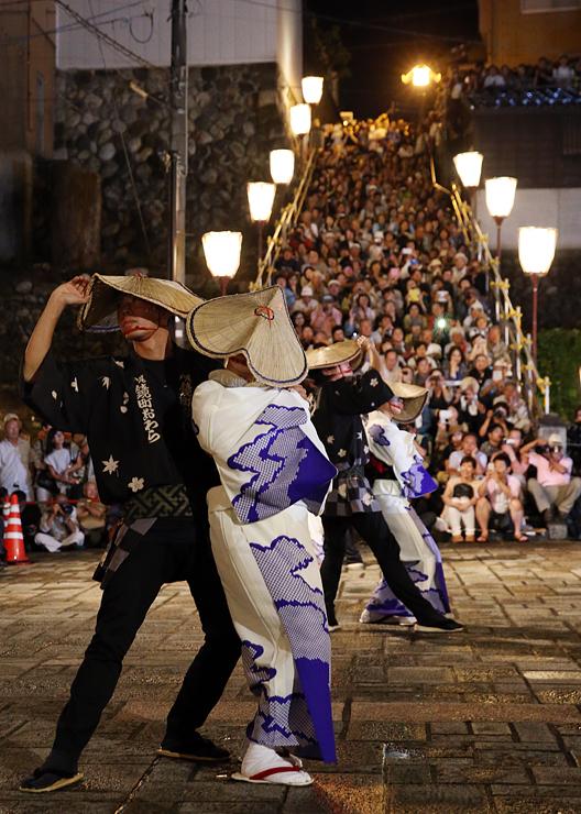 「おたや階段」を埋める観客の前で優美に舞う踊り手=富山市八尾町鏡町(写真部・田中智大)