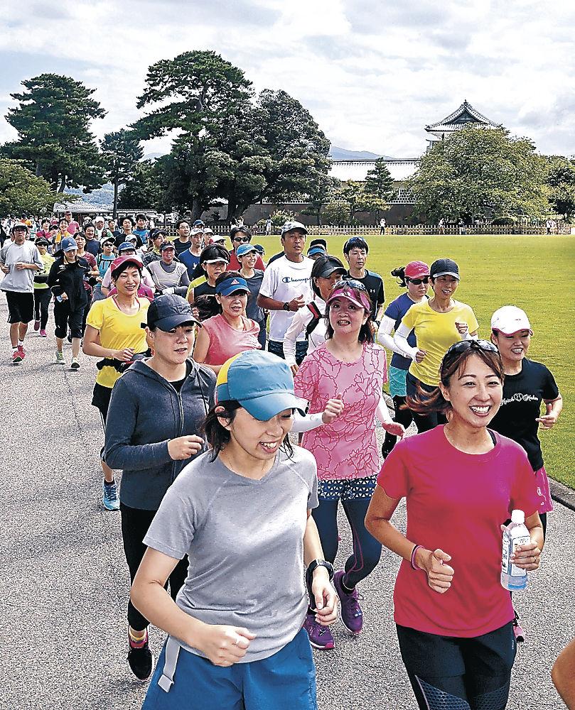 ランニングに取り組む参加者=金沢城公園
