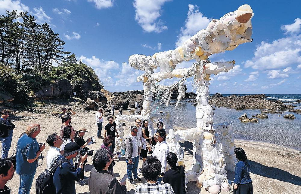 海岸の漂着物で鳥居を仕上げた深澤孝史氏の作品「神話の続き」=珠洲市笹波町