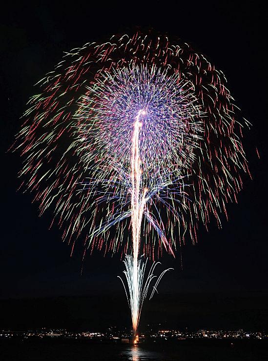 優勝した新堀雄一さん(茨城県・野村花火工業)の「むすんでひらいて」=2日、諏訪市