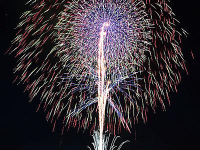 諏訪湖の夜空に独創の光 新作花火大会
