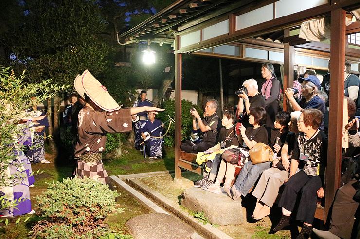 鏡町おわら保存会の演舞を楽しむメンバーら=杉風荘