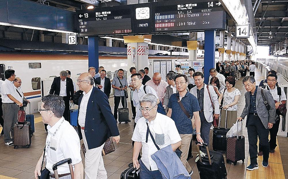 仙台―金沢の直通新幹線を利用し、金沢を訪れた観光客=4日午後、JR金沢駅