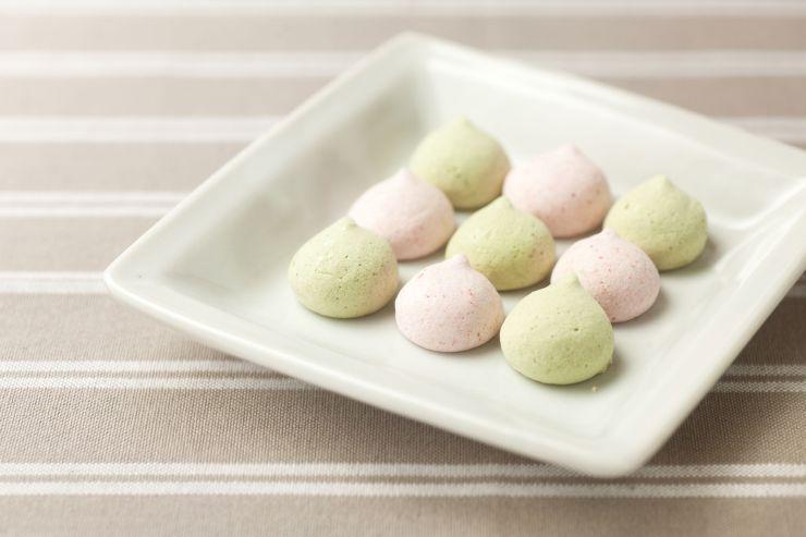 越後姫と村上茶のパウダーを加えたメレンゲ(JR東日本新潟支社提供)