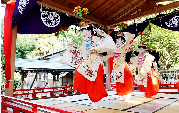 特設舞台でみやびやかに舞う稚児たち=下村加茂神社