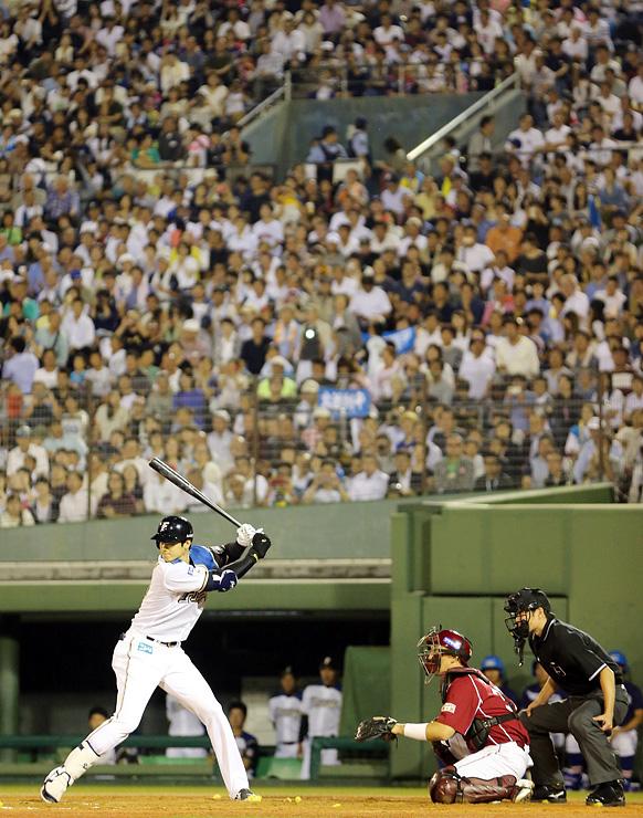 満員の球場で打席に立つ日本ハム・大谷=富山市民球場
