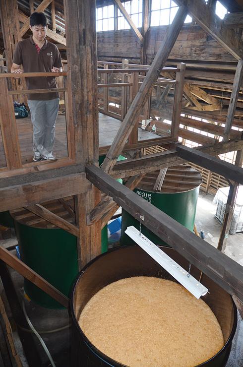 タンク(右下)内の発酵の状態を確認する稲垣プロジェクトリーダー=砺波市三郎丸
