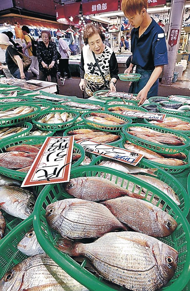 底引き網漁で取れた鮮魚を求める買い物客=金沢市の近江町市場